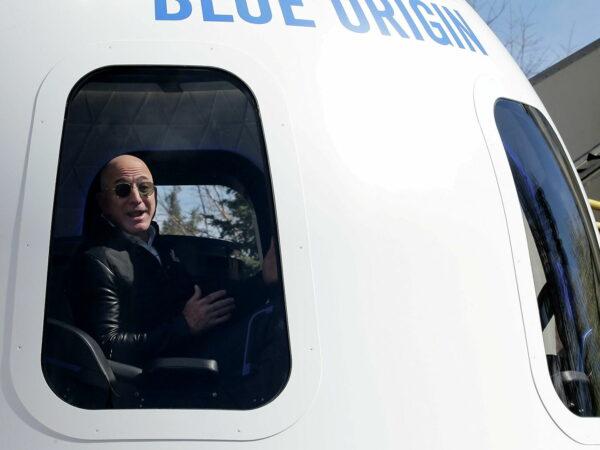 Jeff Bezos saluta Amazon